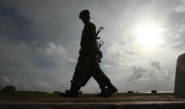 Un soldat de l'armée sri-lankaise patrouille dans rue de Colombo la capitale, le 25 août 2011.