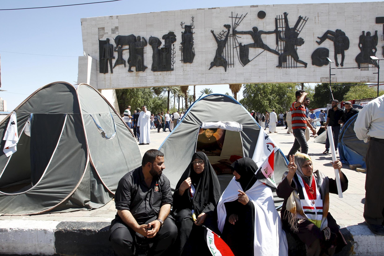 Les partisans de Moqtada al-Sadr tiennent un sit-in sur la place Tahrir à Bagdad, le 19 avril 2016.