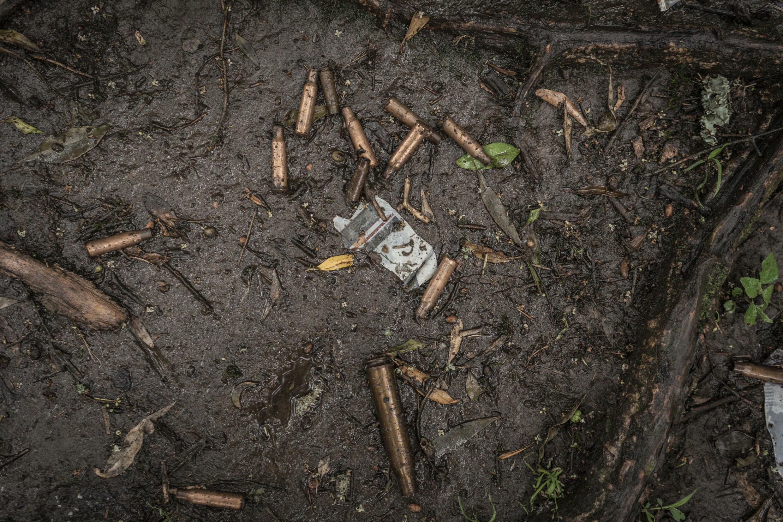 Casquillos de balas en el suelo cerca de una fosa común en Chenna, en el norte de Etiopía, el 14 de septiembre de 2021