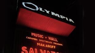 Le célèbre fronton de l'Olympia où sont écrits en immenses lettres rouges les noms des artistes programmés. (Ici  en mars 2013 le chanteur belge Salvator Adamo, lors de l'un de ses nombreux  passages  dans cette salle).
