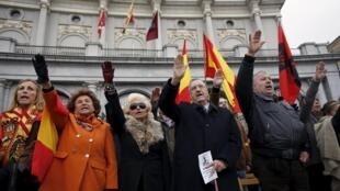 Plusieurs petites manifestations de nostalgiques du franquisme ont eu lieu ces derniers jours en Espagne, comme ici à Madrid, ce dimanche 22 novembre 2015.