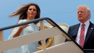 Donald Trump et sa femme Melania embarquent à bord de l'avion présidentiel à destination d'Israël, le 22 mai 2017.