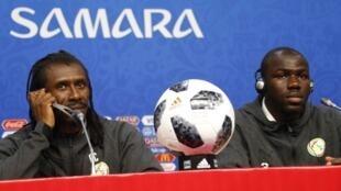 Le sélectionneur de l'équipe du Sénégal, Aliou Cissé (à gauche), et le défenseur des « Lions de la Téranga », Kalidou Koulibaly, à la veille du match face à la Colombie, en Coupe du monde 2018 de football.