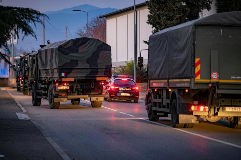 Quân đội Ý tham gia vận chuyển thi hài nạn nhân Covid-19 tại Bergamo, vùng Lombardia, ngày 18/03/2020.