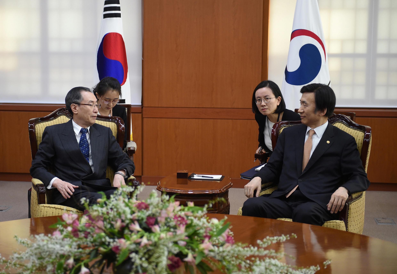 دیدار Yun Byung-Se وزیر امو ر خارجه کره جنوبی (سمت راست)، با Wu Dawei فرستاده ویژه چین، در سئول. دوشنبه ۲۱ فروردین/ ١٠ آوریل ٢٠۱٧