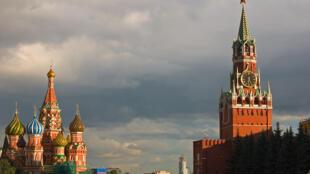 Vue de la cathédrale de Saint Basile et des tours du Krémlîn.