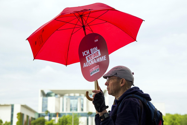 Un militant pour le droit à un salaire minimum, face à la chancellerie allemande,  le 30 juin 2014.