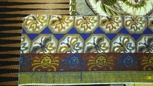 En 1846, la Compagnie néerlandaise Vlisco met au point l'industrie du wax emprunté à l'Indonésie, et domine le marché jusqu'à l'arrivée du wax chinois.