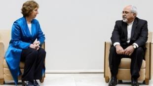 La responsable de política exterior de la Unión Europea,  Catherine Ashton, y el el ministro iraní  de Relaciones Exteriores, Mohamad Javad Zarif, este 16 de octubre en Ginebra.