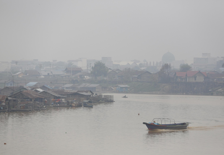 Cảnh sông Kahayan ở thành phố  Palangkaraya, Kalimantan, Indonesia, ngày  29/10/ 2015. Quang cảnh bớt u ám, mưa đã xua tan phần nào khói mù cháy rừng.