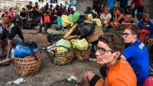Wapanda mlima wa Idonesia na wale kutoka nchi za kigeni baada ya kupewa msaada wa kushuka kutoka Mlima Rinjani hadi Kijiji cha Sembalun huko Lombok Timur.