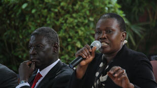 Angelina Teny, femme de Riek Machar et membre influent du SPLM-IO, et Henry Odwar, président adjoint du SPLM-IO, lors d'un meeting organisé à Kampala le 3 mai 2018.