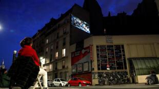 Во время карантина кинотеатр La Clef транслирует фильмы на стену соседнего дома.
