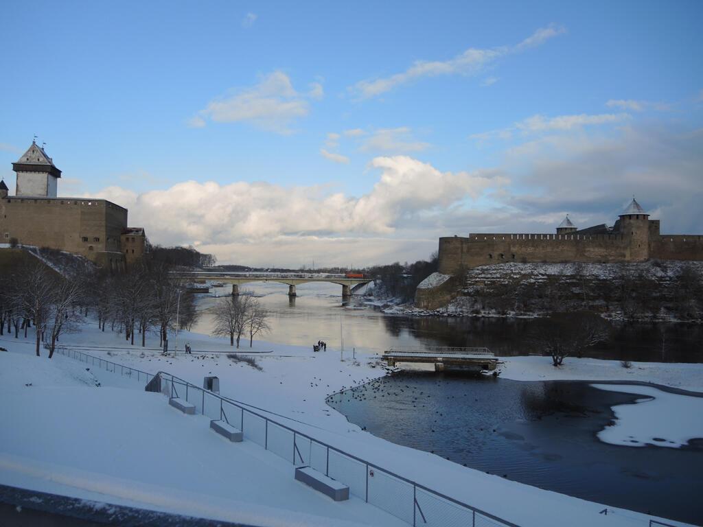 Narva, son pont entre les deux forteresses qui regarde vers l'Europe.