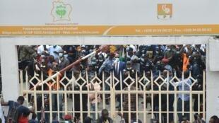 Devant le siège de la Fédération ivoirienne de football, à Abidjan.