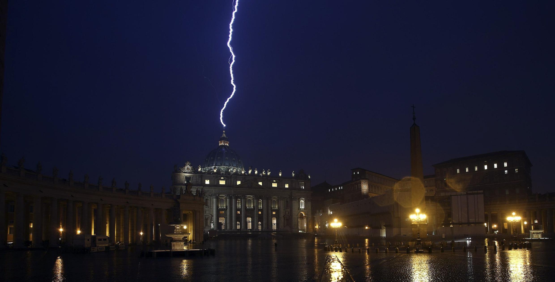 Tin quyết định từ nhiệm của Benedicto XVI nổ ra như ... sét đánh ngang tai.( Ảnh chụp Thánh đường St.Pierre, Vatican trong một cơn giông, do Ansa cung cấp ngày 11/2/2013)