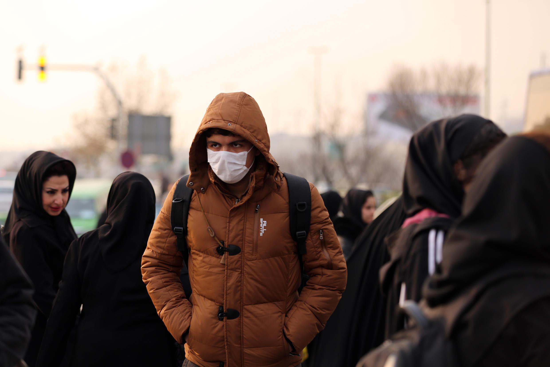 Une jeune iranien porte un masque lors d'un pic de pollution à Téhéran, en décembre 2015.