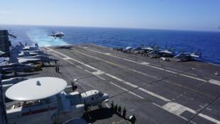Chiến đấu cơ F-18 hạ cánh xuống tàu sân bay USS Carl Vinson trong chuyến tuần tra Biển Đông và ghé thăm cảng Philippines ngày 14/02/2018.