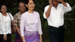 Aung San Suu Kyi, à direita, em companhia de U Htin Kyaw, candidato da LND à eleição presidencial de Mianmar no fim deste mês.
