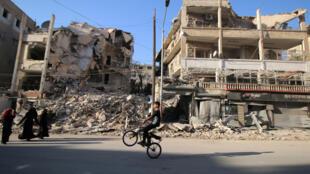 Ruínas  num sector da cidade síria de Aleppo