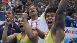 Os atletas Péricles da Silva (e) e JUnior Sasaki (d) comemoram o ouro do Brasil.