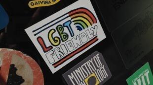 Наклейка «ЛГБТ-френдли» на дверях Café de Paris в Вильнюсе