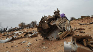 Des débris du vol MH5017, qui s'est écrasé jeudi 24 juillet 2014 à Gossi, dans le nord du Mali, avec 118 passagers à son bord.