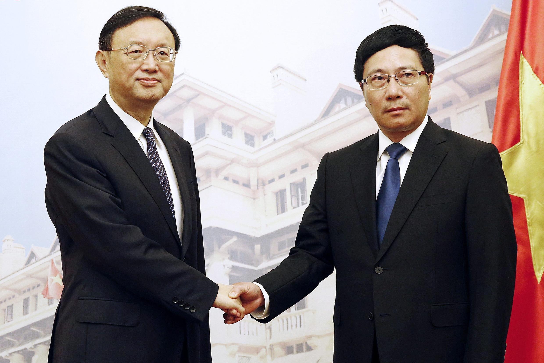 Ngoại trưởng Việt Nam Phạm Bình Minh (P) và Ủy viên Quốc vụ Trung Quốc Dương Khiết Trì, trong cuộc gặp ngày 18/06/2014, tại Hà Nội