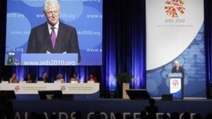 Apresentação do ex-presidente americano Bill Clinton no segundo dia da conferência sobre a Aids, em Viena.