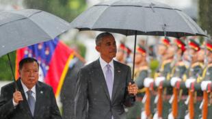 O presidente dos EUA, Barack Obama, foi recebido pelo presidente do Laos, Bounnhang Vorachith, em Vientiane