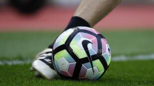 Un ballon de football.