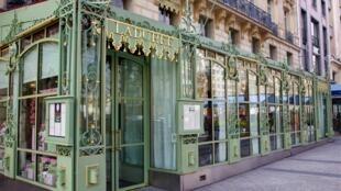 Tiệm bánh, phòng trà Ladurée trên đại lộ Champs-Elysées.