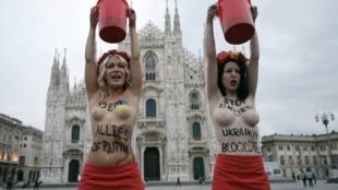Duas militantes do Femen fizeram uma ação contra Vladimir Putin em frente à famosa catedral Duomo, no centro de Milão.