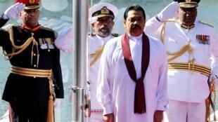 Le président sri-lankais Mahinda Rajapakse (au centre) lors de la journée de l'indépendance, le 4 février 2010.