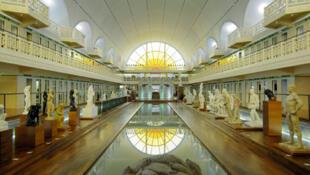 Vue du grand bassin du Musée d'art et d'industrie de Roubaix, construit et arrangé par les architectes Albert Baert en 1932 et Jean-Paul Philippon en 2001 (France, Nord-Pas-de-Calais).