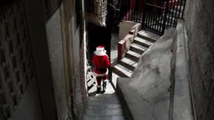 """""""Papá Noel"""" camina en un callejón de la favela Cota 905 de Caracas, durante el evento """"Santa en las calles"""" donando juguetes, comida y ropa."""