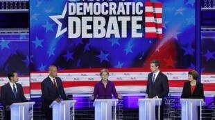 Cinco de los candidatos demócratas, con la senadora Elizabeth Warren en el centro, durante el debate del 26 de junio de 2019 en Miami.