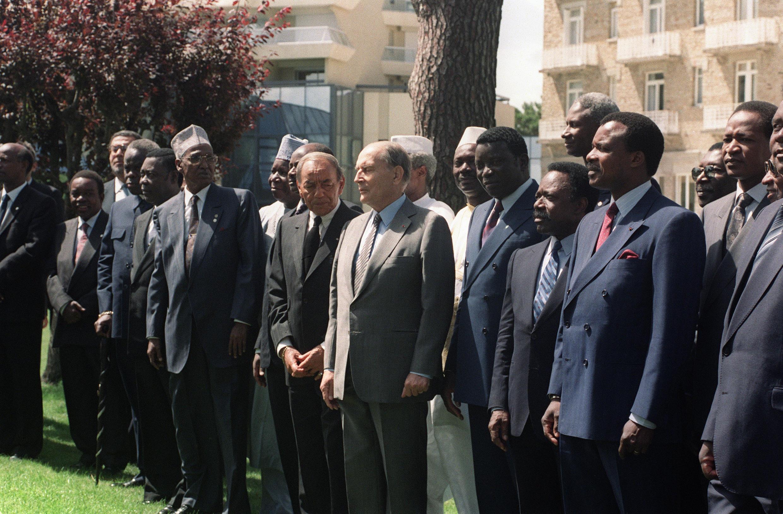 François Mitterrand entouré de nombreux homologues africains, lors du 16e sommet franco-africain tenu à La Baule, le 20 juin 1990.