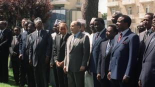 François Mitterrand entouré de nombreux homologues africains lors du 16e sommet franco-africain tenu à La Baule, le 20 juin 1990.