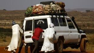 Des hommes dans un camp de déplacés à Al-Geneina, la capitale du Darfour-Ouest (image d'illustration)