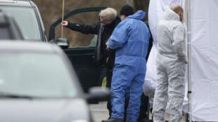 Судебные эксперты на месте убийства предполагаемого автора двух нападения в Копенгагене, 15 февраля 2015 г.