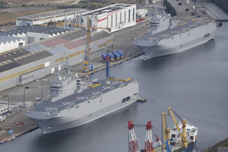 Hai chiến hạm Mistral do Nga đặt đóng đã hoàn thành nhưng bị Paris hủy hợp đồng. Ảnh chụp ngày 25/5/2015 tại khu đóng tàu Saint-Nazaire  - Pháp.