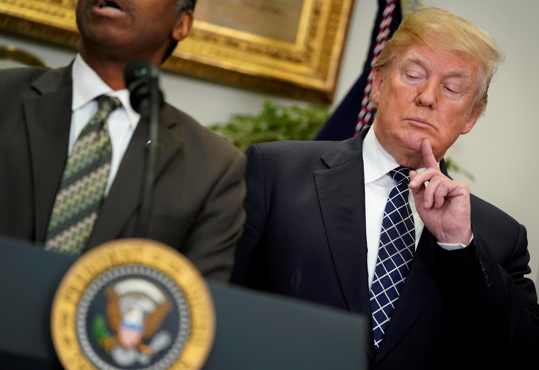 Tổng thống Mỹ Donald Trump không trả lời câu hỏi của báo chí về kỳ thị, nhưng vinh danh mục sư da đen Martin Luther King.