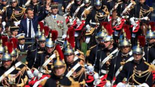 法國總統在三軍參謀長勒寬特將軍伴隨下檢閱三軍  2018年7月14日香榭麗舍大道國慶閱兵