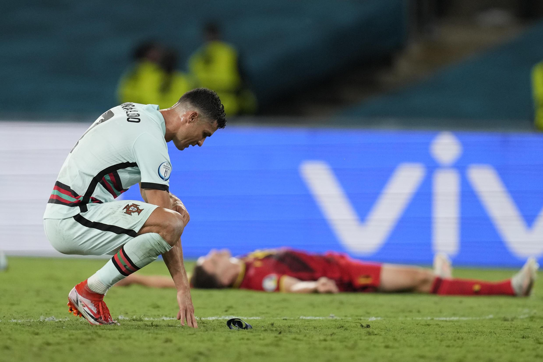L'attaquant portugais Cristiano Ronaldo frustré après la défaite face à la Belgique en 8e de finale de l'Euro, à Séville, le 27 juin 2021