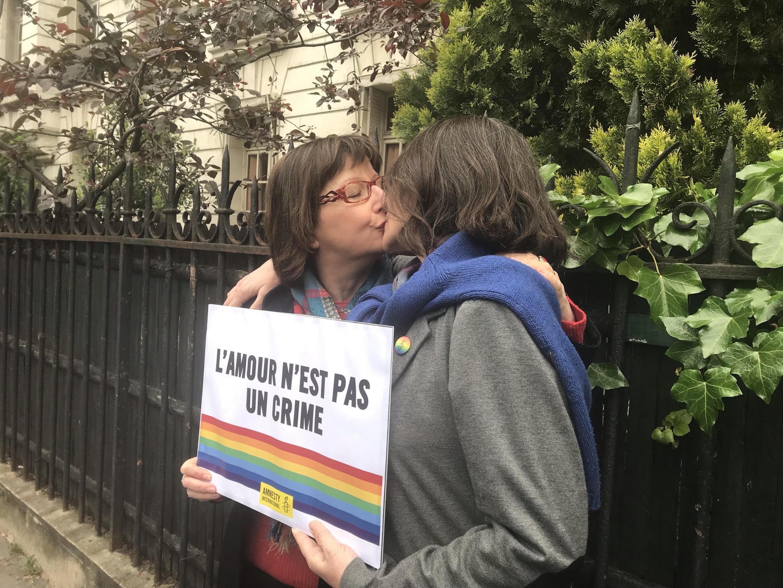 Протест поцелуев (kiss-in) в поддержку ЛГБТ в Чечне у посольства России в Париже. На фото слева глава французского отделения Amnesty Сесиль Кудриу