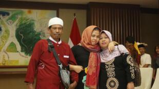 Siti Aisyah, bị can trong vụ ám sát Kim Jong Nam, người anh cùng cha khác mẹ với lãnh đạo Bắc Triều Tiên, chụp ảnh cùng cha mẹ sau khi được trả tự do, ngày 11/03/2019.