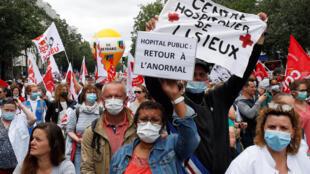 Акция протеста медработников в Париже, 14 июля 2020 года.