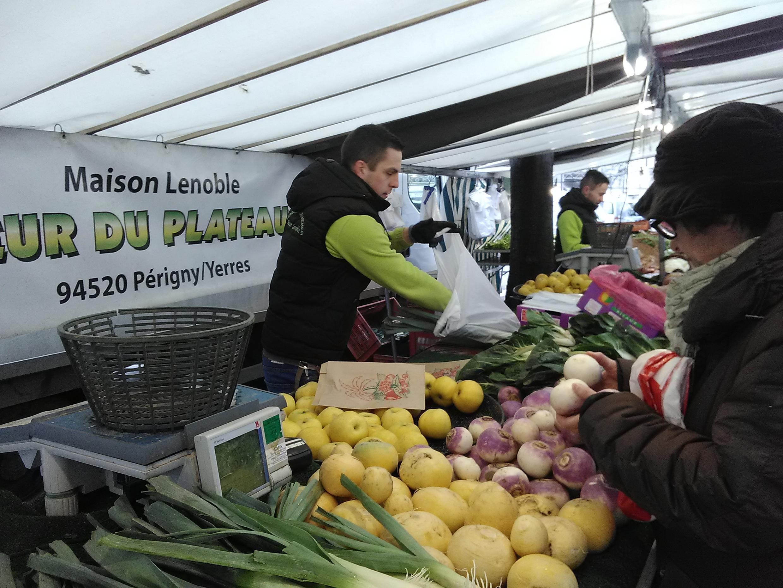 Sacolas plásticas do estoque ainda são permitidas pela nova legislação nas feiras da França.