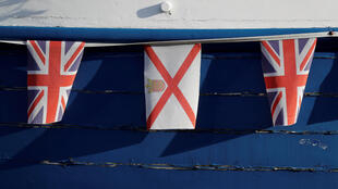 Les drapeaux de l'Union et de Jersey pendent d'un vieux bateau de pêche à Gorey, Jersey, en Grande-Bretagne, le 8 novembre 2017.